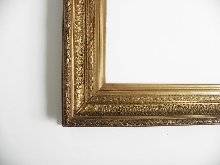 Cornice in legno intagliata ed interamente dorata della fine dell`Ottocento decorata a pastiglia con disegni fogliati.