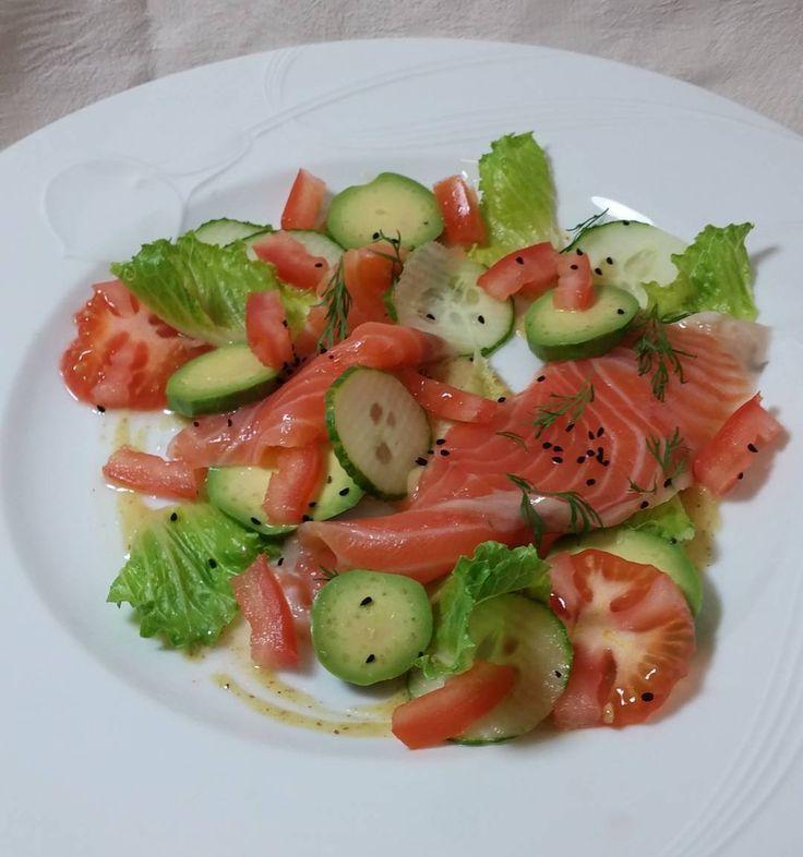 Lohisalaatti #salaatti #lohi #lounas #itsetehty #ruokablogi #ruoka#kotiruoka #herkkusuu #lautasella #Herkkusuunlautasella#ruokasuomi