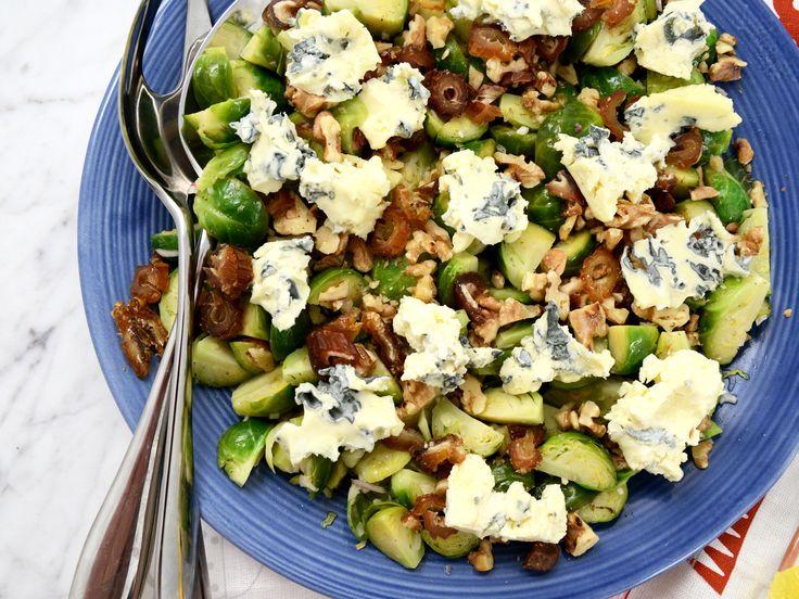 Sallad med brysselkål, nötter och mögelost | Recept från Köket.se