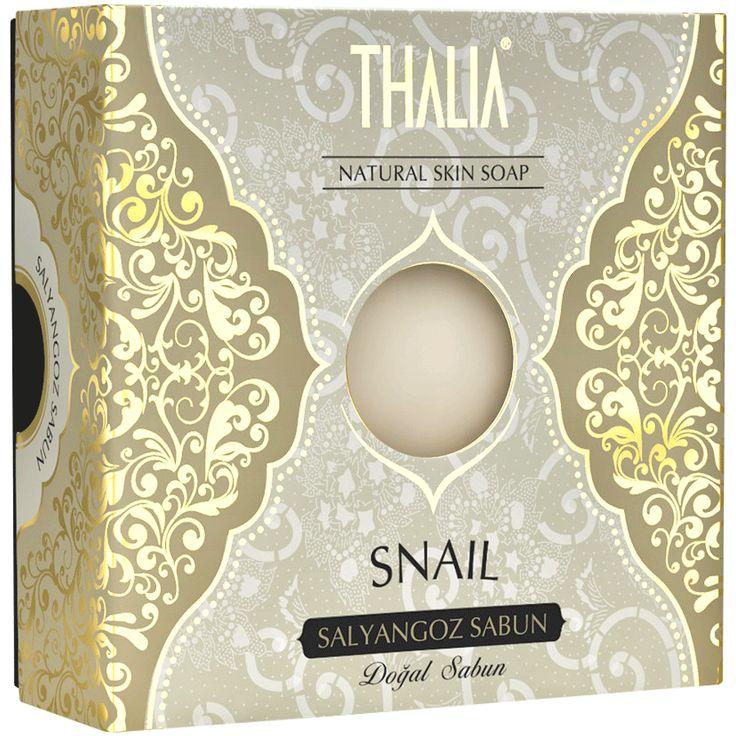 Thalia Salyangoz Sabunu içeriğindeki allantoin ile hücre yenilemesini hızlandırarak cilt üzerinde oluşan yaraların onarımını hızlandırır ve bu sayede ciltte canlandırıcı bir etki yaratır. Aynı zamanda antioksidan bir madde olan allantoin; cilde hasar veren ve yaşlanma sürecini hızlandıran serbest radikaller ile savaşır. #snail #thalia #thaliasabun #katısabun #sabunlar #cilt #ciltbakım #parabeniçermez #canlandırıcı #banyo #banyosabun