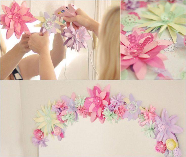 des fleurs en papier 3D collées au cadre du miroir avec de la colle chaude
