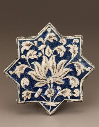 virtuales artefactos: Gres Azulejo, cuerpo compuesto pintado bajo claro glaze.H x W x D: 19,7 x 19,7 x 1,9 cm (7 x 7 ¾ ¾ x ¾ pulgadas) de cerámica, arquitectónico ElementIranearly siglo 14