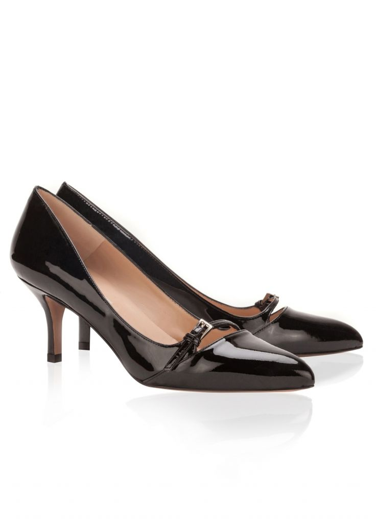 Pura Lopez Estile- Zapatos con punta fina y tacón medio realizados en charol negro.