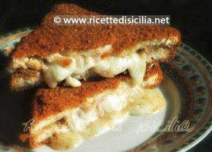 """Il Crostino, uno dei """"pezzi"""" forti della rosticceria siciliana. Anche se fritti, i crostini mantengono un gusto delicato e una consistenza carezzevole al palato."""