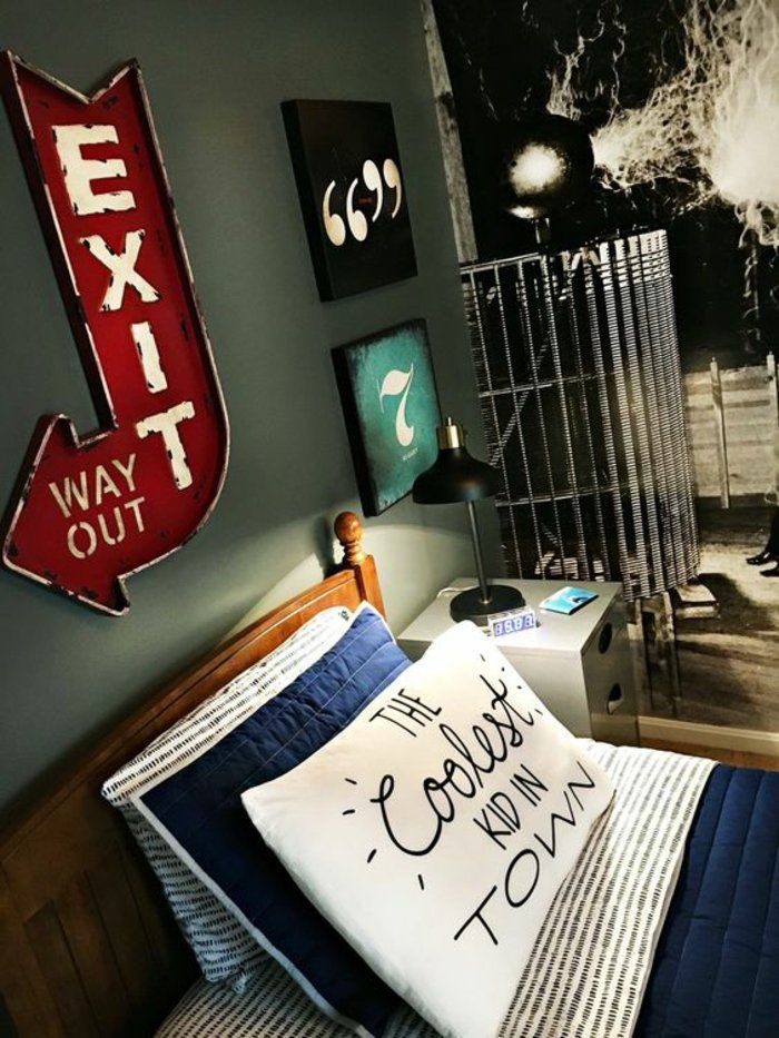 une chambre d'ado garçon classique, décoration de style industriel, papier peint original