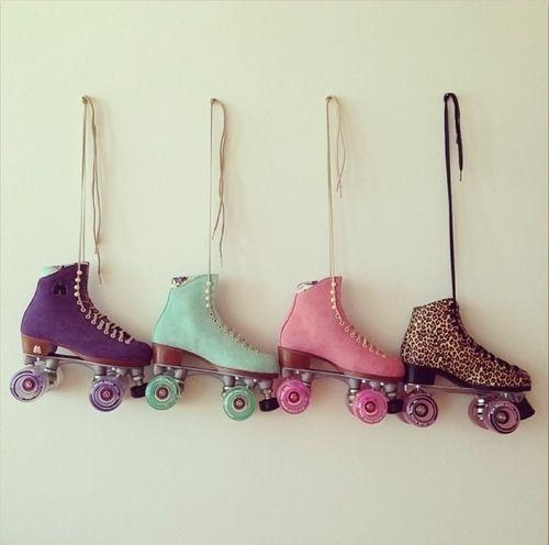 De schaatsers kunnen over het podium bewegen met rolschaatsen voor een echt schaats-effect.