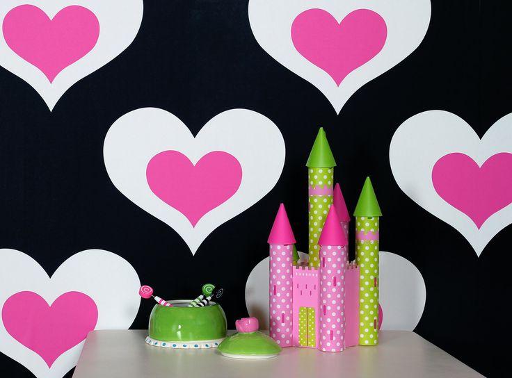 Värikylläiset Kompis-tapetit hurmaavat niin lapset kuin aikuisetkin. Musta/pinkki Heart-tapetti muodostaa graafisen taustan mielikuvituksellisille leikeille lastenhuoneeseen.