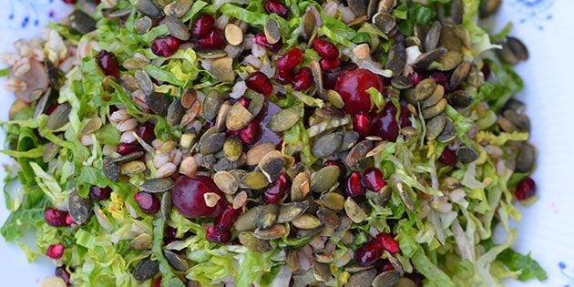 Skøn og mættende salat med perlebyg, granatæble og sprøde græskarkerner.