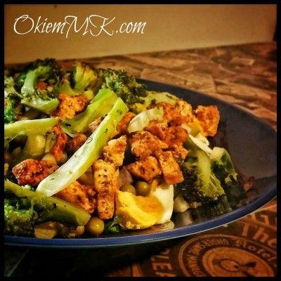 Czas na lekki obiad: Sałatka warstwowa z kurczakiem, brokułem i jajkiem