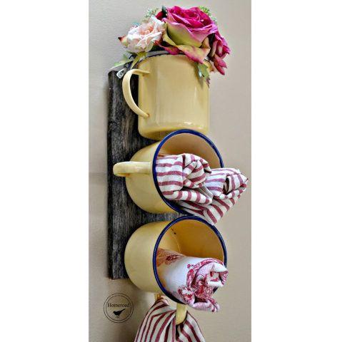 Organizador criativo feito de canecas esmaltadas, tábua + furadeira e parafuso.