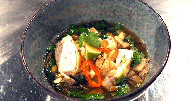 Kycklingramen klassisk smaksatt med vitlök, ingefära, chili, soja och sesamolja. Serveras med nudlar, shiitake, ännu mer chili och en näve koriander. Det blir en ljuvlig och smakrik soppa!