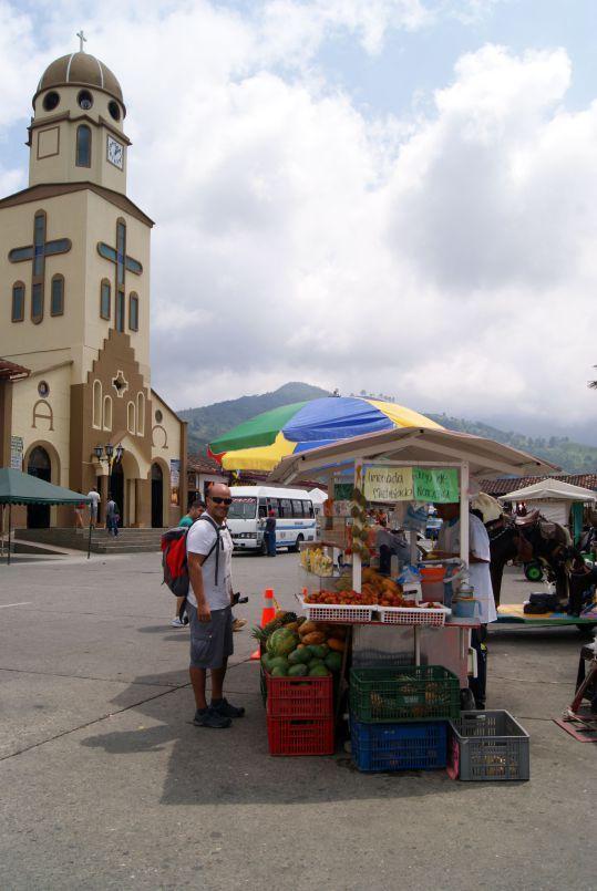 Puesto de frutas en la Plaza de Bolivar, Salento  http://pertodomundo.com/tag/salento/
