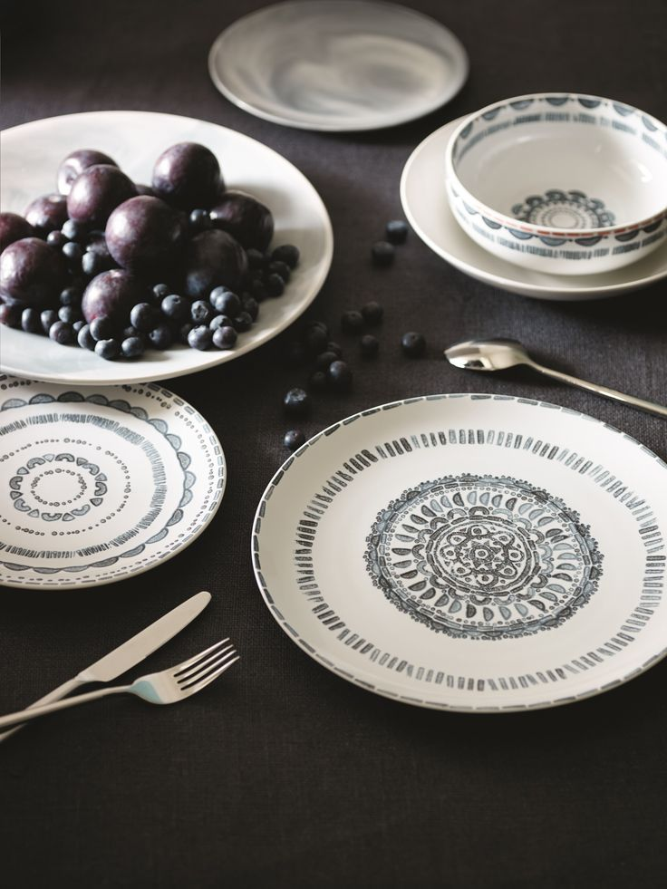 Dine in style with this chic printed twelve-piece crockery set.