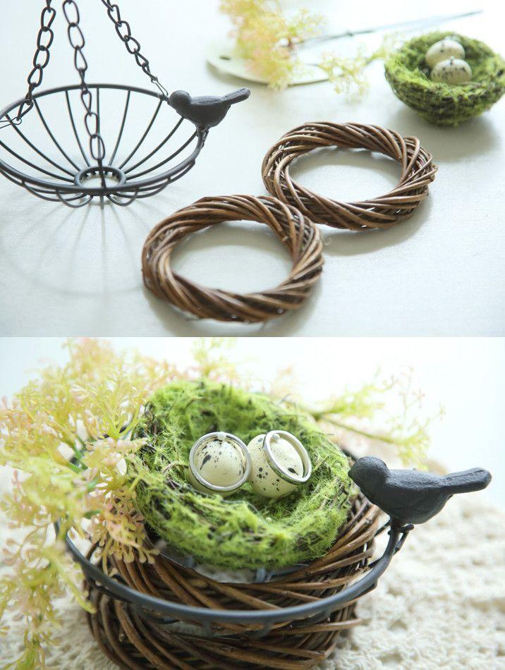 [DIY]鳥の巣リングピロー 着脱可能なチェーン付き吊り籠の、籠部分だけを使ってミニリースで挟んだ、とっても簡単なリングピロー。 卵入りの鳥の巣は、イミテーションのグリーンを丸めた上に、紙粘土で作った卵で代用も可能です。