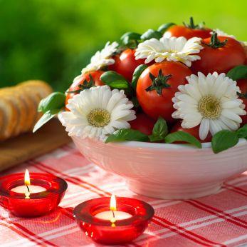 Chi l'ha detto che i centrotavola debbano essere  esclusivamente floreali? Una bellissima idea questa, estiva e italianissima, realizzata con gerbere, pomodori rossi e ciuffi di profumato basilico.