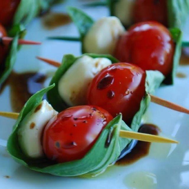 Tomato, Mozzarella, Basil - hübsche Anrichteidee
