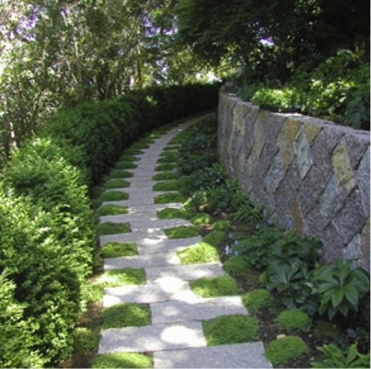 We can't help but admire the gentle curves of this inviting path, the symmetric and geometric pattern of the gray stones regularly alternating with the green groundcover. This facinating, 'zipper-looking' walkway has been created by Suzman Design Associates. What a fabulous design! Read more: www.jardins-sans-secret.com/designers/a-fun-natural-path-suzman-design-associates/