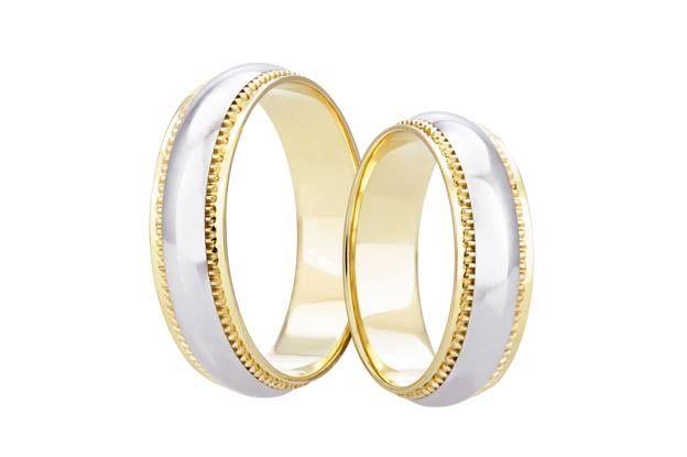 Svatební prsteny v bíložluté kombinaci nikdy neomrzí. Kontrast těchto barev je zde zvýrazněn zajímavým zoubkovaným zdobením na jejich přechodu.