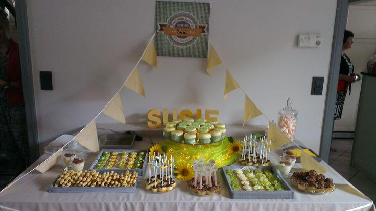 Susie's babyborrelbuffetje met mini fruittaartjes, cupcakes, brownies, vanille wafeltjes, cakepops met toefje chocolade en knoopkoekjes