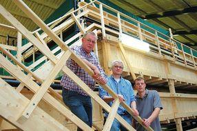Stefan Bruns (Mitte), Chef der Bremer Firma polyplan, hatte mit seinem Team die Idee und die Schäfers – Vater Hein © Krischan Förster
