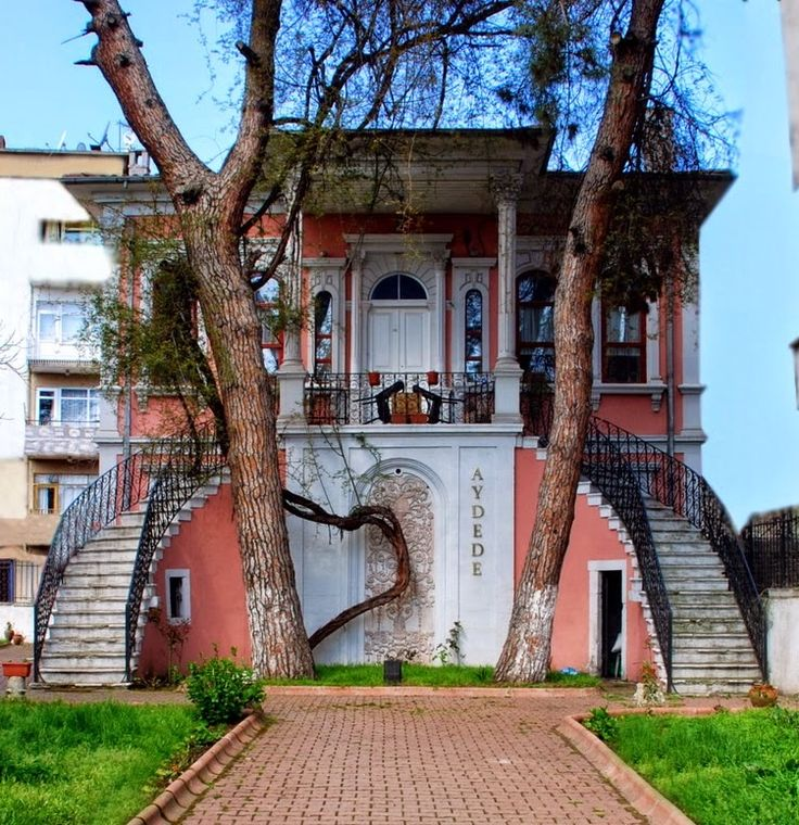 Tarihi evler/Ünye/Ordu/// Tarihi evler, Orta Yılmazlar, Çamurlu, Hamidiye ve Kaledere Mahallelerinde bulunmaktadır. Osmanlı mimarisini yansıtan eski Ünye evleri; Rum, Ermeni ve Türk yapı sanatının sentezi durumundadır.Eski Ünye evlerinin çoğunlukta olduğu Kadılar Yokuşu, sokak iyileştirmesi kapsamında projelendirilmiş ve dış cepheleri topyekun restore edilmiştir. Restore edilen örnek eski evlerden biri de Kadılar Yokuşu yakınında Hacı Emin Caddesinde bulunan Müze Ev'dir.