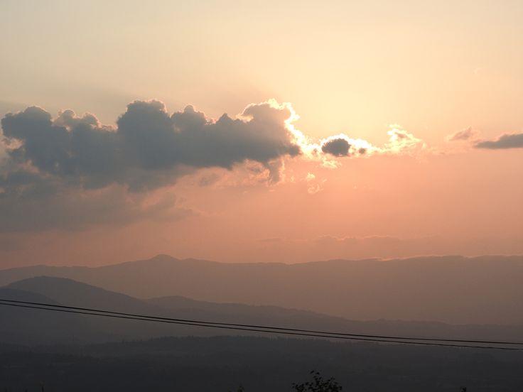 牧場から真っ赤な夕陽を見る贅沢な時間【妙法育成牧場:新潟県】