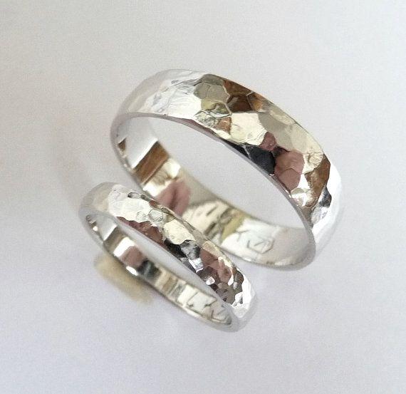 Questa banda di nozze bella elegante a mano oro bianco impostato da oro bianco 14k riciclato è un design che terrà per molti anni a venire.  Il prezzo è per due anelli, per lui e per lei.  * Un 14k bianco anello doro, 5 mm di larghezza, a cupola (mezza tonda) allesterno e piatta allinterno, martellato con alta shinny lucido finitura.  14k oro bianco, 5mm di larghezza, 1.1-1.2 mm di spessore, 3,7 grammi di peso,   * Un 14k bianco anello doro, 3 mm di larghezza, a cupola (mezza tonda)…