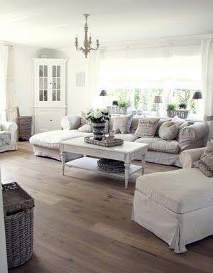 Lovely slipcovered sofa // shabby chic done well !