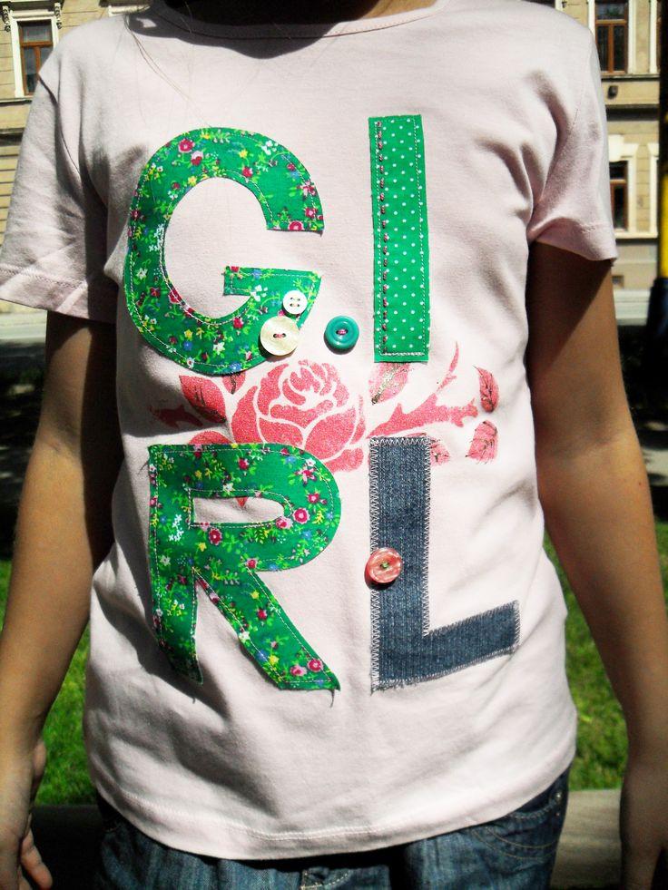 Tričko s textilnými aplikáciami veľkých písmen