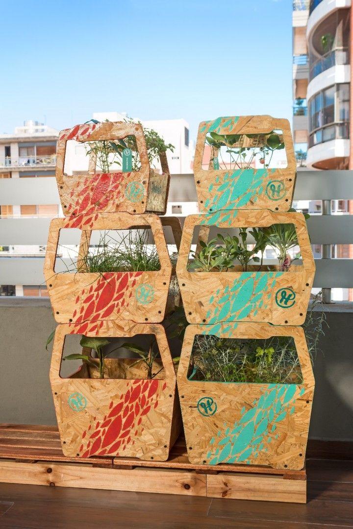 Es un sistema de huertas para ser utilizado en centros urbanos donde los espacios son reducidos y el contacto con la naturaleza es cada vez menor.