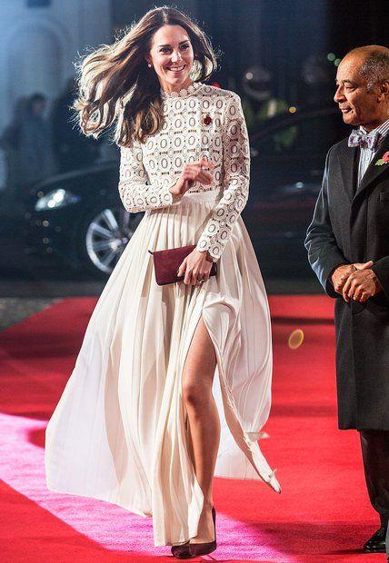 """Fashion-Looks: Bei der Premiere des Films """"Bob, der Streuner"""" in London setzt Herzogin Catherine auf ein gewagtes Kleid. Obenrum ist der Dress des Labels Self-Portrait zwar hochgeschlossen. Doch durch den hohen Schlitz gibt Kate bei fast jedem Schritt den Blick auf ihr linkes Bein frei."""