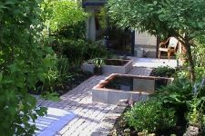 pad met mooie tegels, veel groen, ipv vijvers misschien zandbak en waterornament of Ganesha?