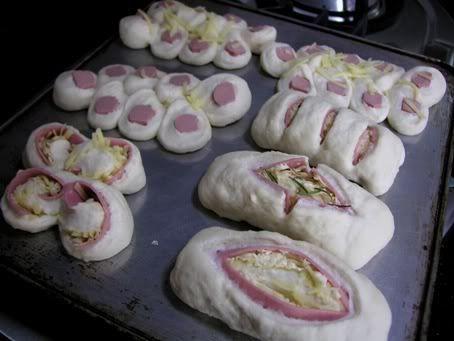 Θα μπορούσατε να φανταστείτε με μία ζύμη να συνδυάσετε απίστευτες γευστικές ιδέες για έναν εντυπωσιακό μπουφέ ή ένα τραπέζωμα σε φίλους σας; Σας δίνουμε την βασική συνταγή της ζύμης και πάρτε μάτι τι μπορείτε να φτιάξετε! Εντυπωσιακά και άκρως γευστικά κουζινοδημιουργήματα με αλλαντικά και τυριά. Ένας συνδυασμός γεύσης και εντύπωσης! Τα υλικά για την ζύμη: …