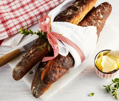 Vörtbröd är en självklarhet på många julbord och godast blir det om man bakar eget. I detta recept blir brödet extra saftigt av kokt, riven potatis. Den klassiska kryddningen finns redan i vörtmixen men för extra smak och julstämning kan du tillsätta torkade tranbär och skållad mandel i degen.