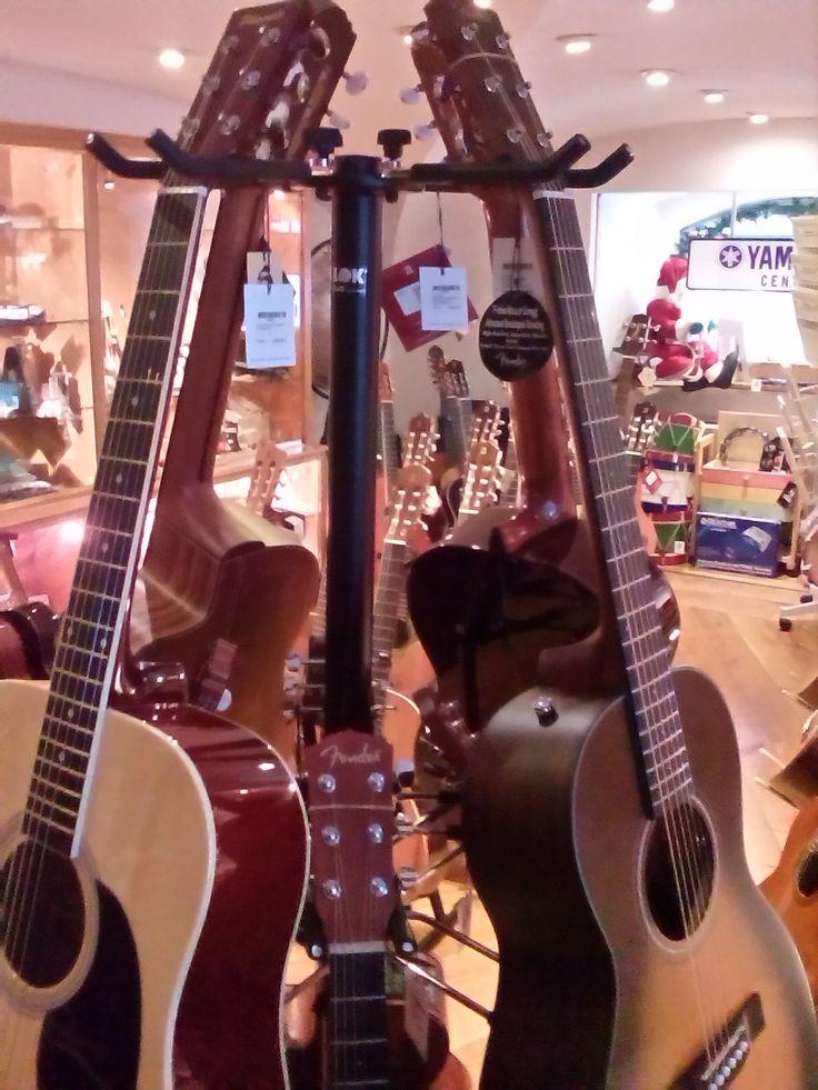 Guitarras eletroacústicas, acústicas e de folk, compre no Salão Musical de Lisboa. Marcas Fender, Yamaha, Takamine e Gomez, diversos modelos e preços. visite o nosso site www.salaomusical.com