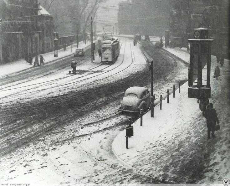 Ulica Drobnera, widok z okien narożnej kamienicy nr 2 (1) stojącej na rogu ulic Rydygiera i Łokietka w kierunku mostu Uniwersyteckiego. Fot. S. Arczyński, grudzień 1952 #Wroclaw