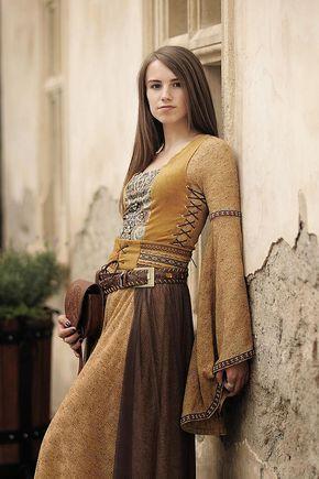 Vestido alto e medieval Esta equipe é de inspiração medieval e tem 3 elementos …