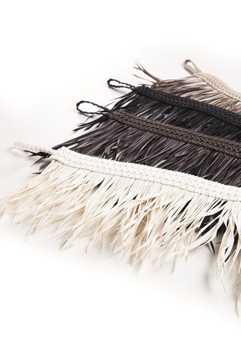 Un nuevo concepto de abrazaderas, enlazando plumas y pasamanería de lino. #temptation #ontariofabrics #abrazadera #trend #design