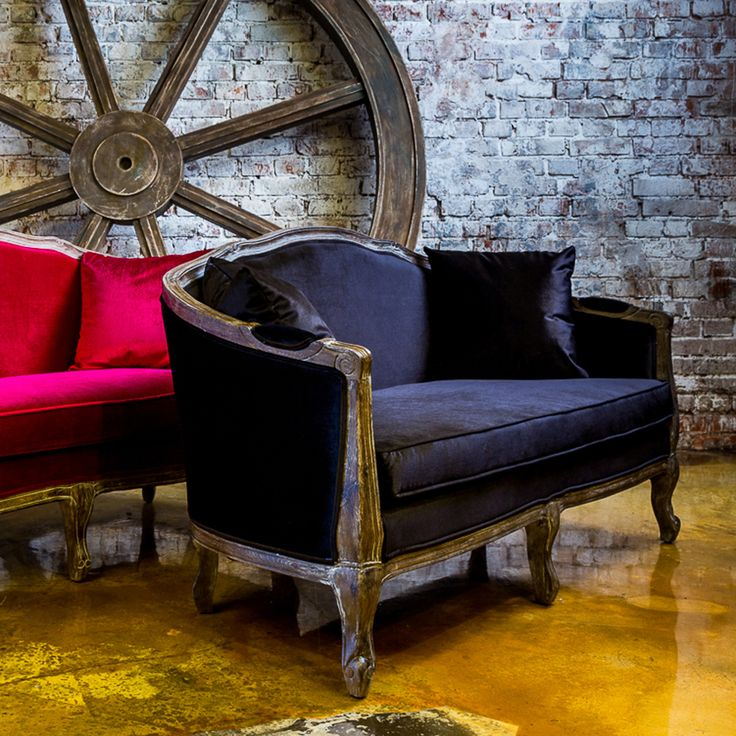 """Мягкие сидения и спинка из бархатной ткани подарят вам максимальный комфорт. Превосходная софа """"Прованс"""" черного цвета придаст Вашей гостиной шикарную винтажную атмосферу. Почему бы не дополнить интерьер креслом """"Биарриц"""" той же расцветки? #мебель, #мягкаямебель, #диван, #софа, #французскийстиль, #интерьер, #sofa, #divan, #lounge, #couch, #settee, #furniture, #objectmechty"""