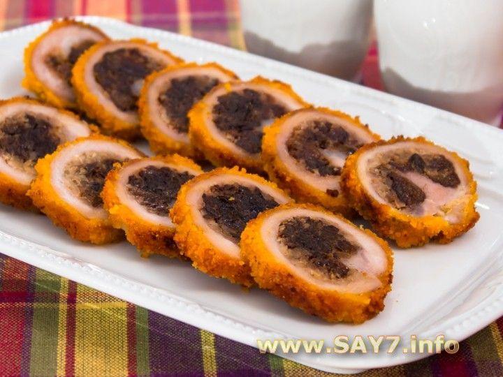 Рулетики из свинины, фаршированные орехами и черносливом