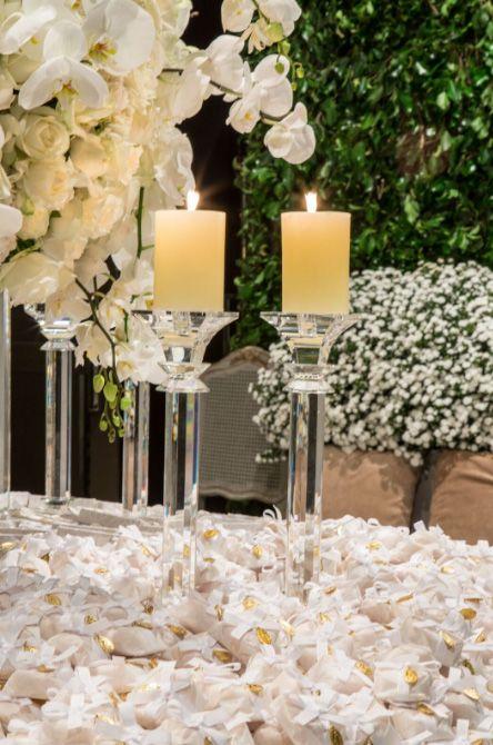 Detalhes do decor do casamento da Lalá Noleto, que estava todo com flores brancas.