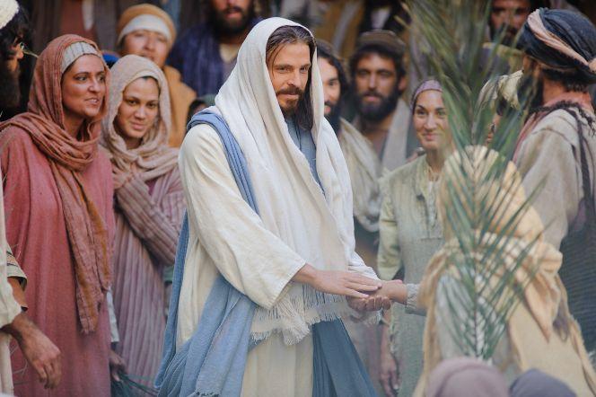 Mateo 21:1–11, Agitan hojas de palma cuando Jesús entra en Jerusalén