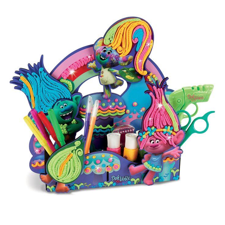 Maak je eigen knutselbakje van Trolls. Op het knutselbakje staan Poppy en haar vrienden uit de film Trolls! Versier de haren met de bijgeleverde klei en maak ze nog unieker. De set komt met 4 Trolls om te versieren, styler en 4 DohVinci klei tubes, waarvan 3 met glitter. Afmeting: verpakking 30 x 29 x 5 cm - DohVinci Trolls Knutselbakje