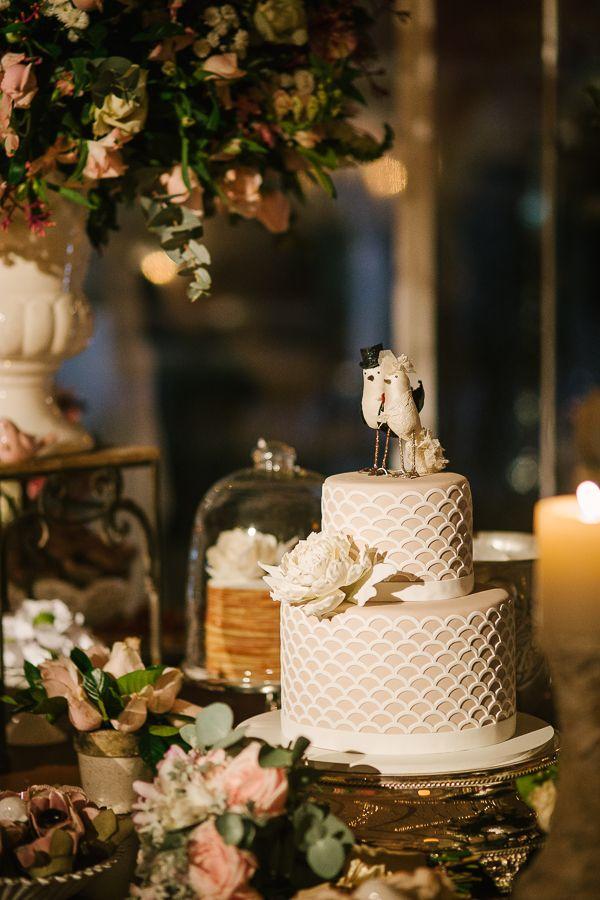 Após quase dois anos de namoro a Patrícia e o Marcos resolveram se casar. Para o grande dia optaram por um casamento sofisticado com toquerústico, porém muito romântico em tons de branco e rosa. A cerimônia aconteceu em meio a natureza, em um lindo espaço gramado verde e muitos arcos de flores que trouxerammuita delicadeza ...