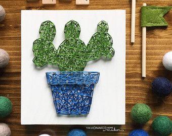 Door verzoek zijn hier ze! Cactussen zijn hier!  Deze aanbieding is voor een tekenreeks kunst mini cactus teken meten ongeveer 3.5 x 6 bestellen. Borden zal worden gekleurd met onze witte was vlek, zoals hierboven afgebeeld, tenzij het anders wenst. Geef uw kleurkeuze in de nota aan de verkoper als u iets anders dan afgebeeld wilt. Kleuropties tekenreeks kunnen worden gezien op de laatste foto.  Standaard komen platen niet met hangende hardware aangesloten op de achterkant. Als u graag een…