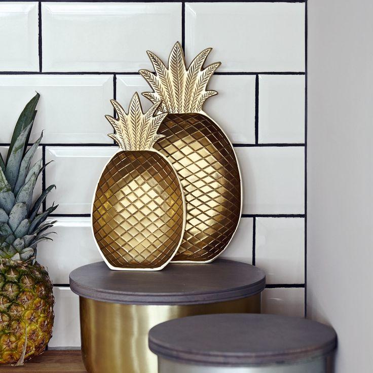 Zum Anbeißen coole Deko: Die Metallschale in Form einer Ananas ist wirklich was besonderes. Ob wir nun kleine Nascherreien darin servieren, sie in der Küche an die Wand lehnen oder sie im Bad für Haargummis & Co als Ablage verwenden - die Schale im Gold-Finish gefällt in jeder Situation!