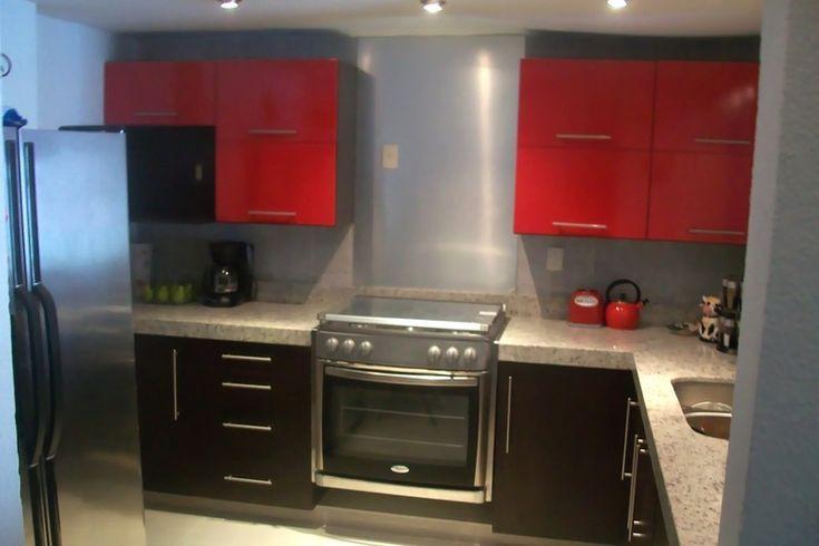 Cocina colo chocolate con alacenas en rojo brillante y for Cocinas con granito