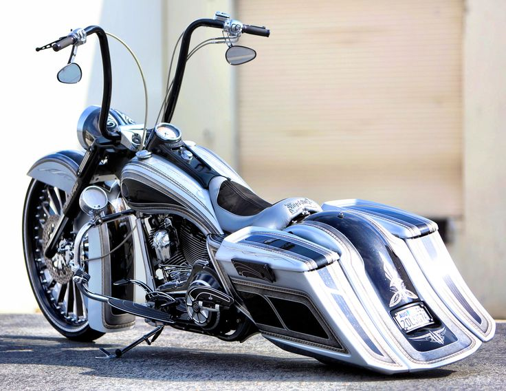 "Customer ride: custom Roadking with 30"" wheel from IE Baggers"