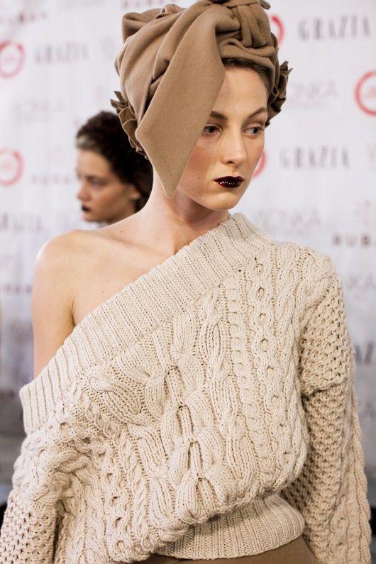 Эффектный объемный вязаный свитер от Ruban выполнен спицами комбинированным узором из классических аранов.