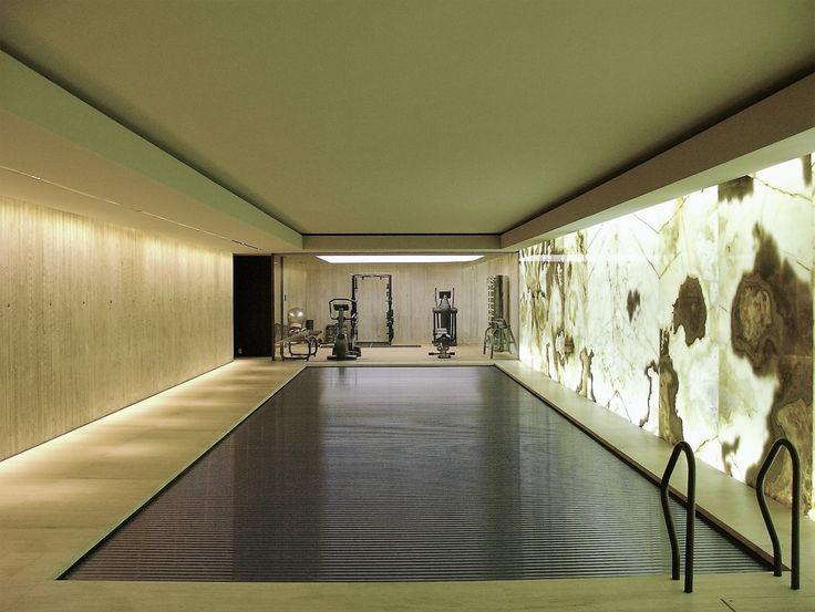 De totale renovatie van een villa met de bouw van een kelder onder de tuin tbv een zwembad met wellness en een gym.